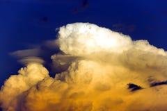 Nuages gonflés au coucher du soleil au-dessus de l'océan pacifique Photos stock