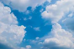 Nuages gonflés avec le ciel bleu Photographie stock
