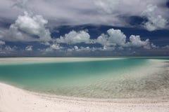 Nuages gonflés blancs au-dessus de l'eau de lagune de turquoise Image libre de droits
