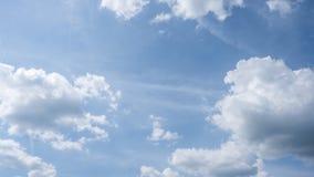 Nuages gonflés de roulement dans un ciel bleu, une temps-faute de cloudscape, une scène paisible et tranquille, une solitude et u banque de vidéos