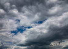 Nuages gris dans le ciel Photographie stock libre de droits