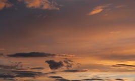 Nuages gris et oranges au coucher du soleil photos stock