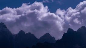 Nuages impressionnants au-dessus des montagnes de l'Himalaya foncées clips vidéos