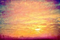 Nuages jaunes sur le coucher du soleil. Photo libre de droits
