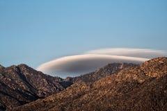 Nuages lenticulaires au-dessus de montagne Images libres de droits