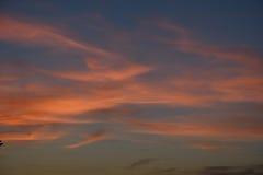 Nuages lilas bleus de rose de ciel de coucher du soleil Images libres de droits