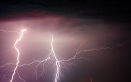 Nuages lourds apportant les foudres et la tempête de tonnerre Photographie stock
