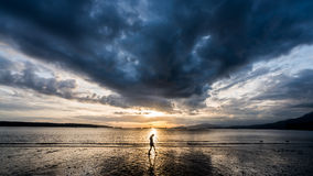 Nuages lourds sur le ciel de coucher du soleil Image stock