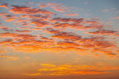 Nuages lumineux d'un lever de soleil de début de la matinée Photos stock