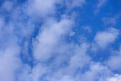Nuages, lune, et ciel bleu images stock