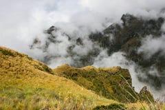 Nuages magiques couvrant les montagnes Images stock