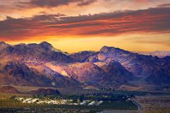 Nuages magiques de coucher du soleil et de soirée dans le désert de Gobi images libres de droits