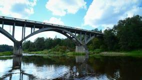 Nuages mobiles au-dessus d'un pont banque de vidéos