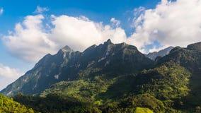 Nuages mobiles de laps de temps au-dessus de montagne de Doi Luang Chiang Dao banque de vidéos