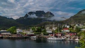 Nuages mobiles de laps de temps au-dessus de village de pêche norvégien banque de vidéos