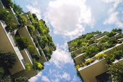 Nuages mondiaux et rapides du meilleur édifice haut Photo stock