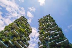 Nuages mondiaux et rapides du meilleur édifice haut Photographie stock libre de droits