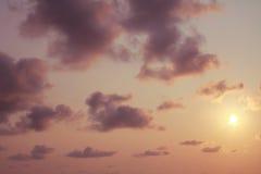 Nuages mous dans le ciel de soirée Photo stock
