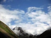 Nuages mystérieux au-dessus des montagnes de l'Himalaya Photo stock