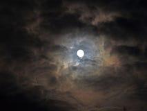 Nuages mystérieux avec la pleine lune Photo stock