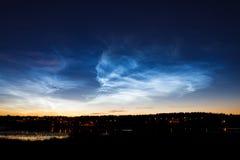 Nuages noctilucent de beau phénomène de ciel photographie stock