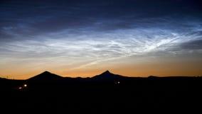 Nuages Noctilucent rares après coucher du soleil Photo stock