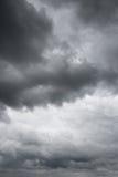 Nuages noirs au-dessus d'horizon Image libre de droits