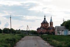 Nuages noirs au-dessus de l'église médiévale de village photographie stock