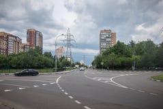 Nuages noirs au-dessus de la ville Photos stock