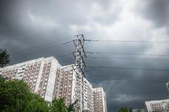 Nuages noirs au-dessus de la ville Images stock