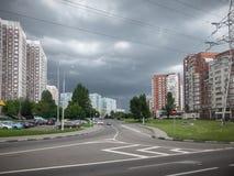 Nuages noirs au-dessus de la ville Photographie stock