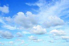 Nuages noirs avec le ciel bleu Photographie stock