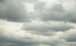 Nuages noirs dans le ciel Photos stock