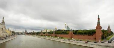 Nuages noirs et Kremlin Photographie stock
