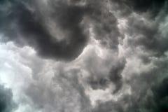 Nuages noirs menaçants dans le ciel Image stock