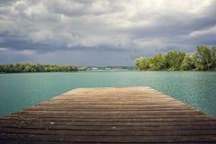 Nuages orageux au-dessus d'un lac vert image libre de droits