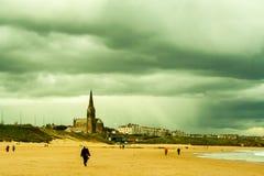 Nuages orageux au-dessus de côte de Tynemouth Photos stock