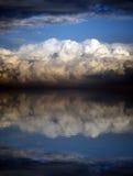 Nuages orageux au-dessus de la mer au coucher du soleil Image stock