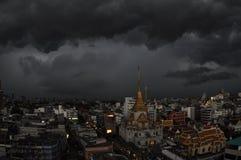 Nuages orageux au-dessus de temple de Traimmit Photographie stock