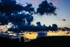 Nuages orageux bleus sur le fond jaune de ciel photo libre de droits
