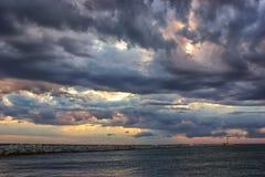Nuages orageux colorés au-dessus de la mer image libre de droits
