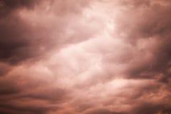 Nuages orageux déprimés rouge foncé, fond naturel de ciel Images stock