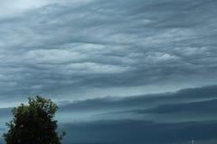 Nuages orageux de ondulation Photos libres de droits