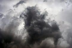 Nuages orageux dramatiques après orage Danger, concept de foi photographie stock