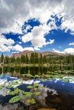 Nuages orageux et un lac mountain photos stock