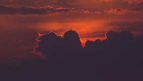 Nuages oranges pourpres de coucher du soleil Image libre de droits
