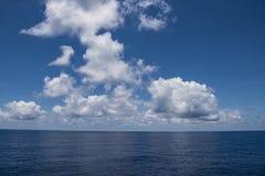 Nuages parfaits au-dessus d'océan de South Pacific image stock
