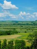 Nuages parfaits au-dessus des champs des fermes britanniques image libre de droits