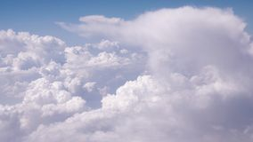 Nuages passant un ciel bleu banque de vidéos