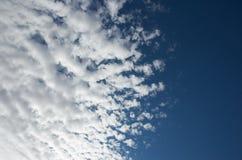 Nuages pelucheux blancs Image libre de droits
